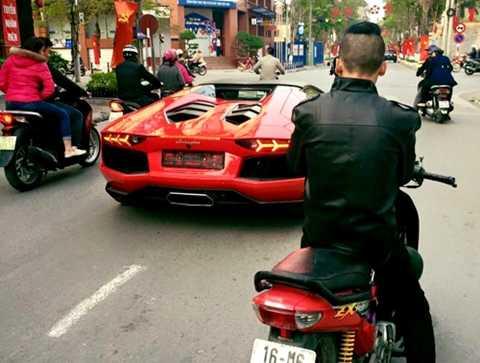 Lamborghini Aventador trên phố Hải Phòng chiều 29 Tết. Ảnh: Quang Bùi.