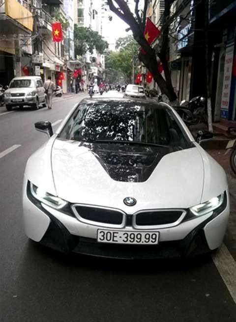 BMW i8, dòng xe thể thao ăn khách nhất tại Việt Nam 2015 với hơn 20 chiếc được đưa về. Giá hơn 7 tỷ đồng. Ảnh chụp tại Hà Nội ngày 24 Tết. Ảnh: Chĩnh Gạo.