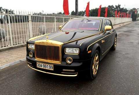 Rolls-Royce Phantom mạ vàng độc nhất Việt Nam với biển số đối xứng tại Hà Nội. Ảnh: Trần Văn Thắng.