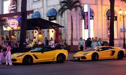 Bộ đôi Chevrolet Corvette (trước) và Lamborghini Aventador đồng màu tại Sài Gòn ngày 29 Tết.
