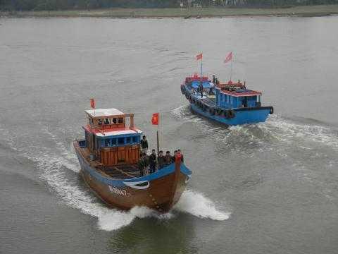 Dòng sông Trường Giang của tỉnh Quảng Nam đổ ra biển Đông của Tổ quốc bỗng nổi sóng rầm rập.