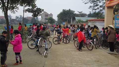 Trẻ em ở xã Cương Gián, phần nhiều được ông bà nuôi dạy.