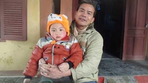Ông Tân lại phải đón một cái Tết vắng bóng con, bé Tường đón Tết vắng bố mẹ.