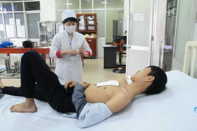 Một nạn nhân trong sự cố bắn pháo hoa đêm giao thừa đang điều trị tại Bệnh viện Đa khoa Quảng Ngãi.