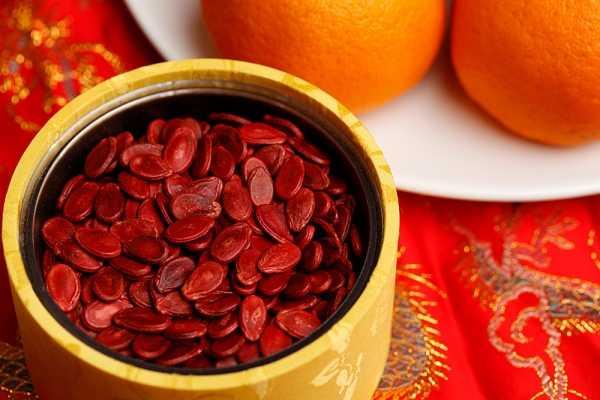 Hạt dưa đỏ: Hạt dưa chứa hàm lượng kali rất cao nên nó vừa có giá trị dinh dưỡng   lại vừa giúp chúng mình phòng chữa các bệnh tim mạch, tăng huyết áp hiệu   quả.