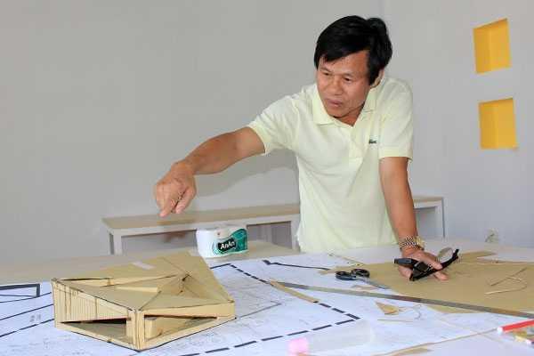 Ông Đoàn Sung say sưa thuyết minh về dự án của mình - Ảnh: Tấn Việt