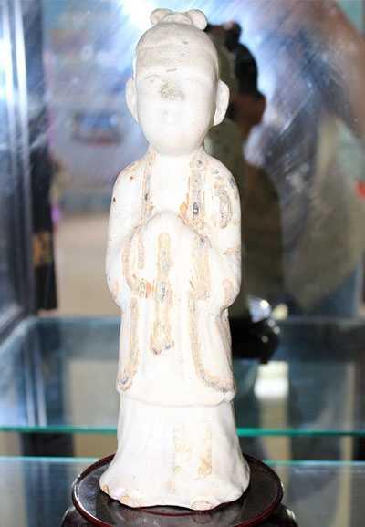 Bức tượng gốm Chu Đậu hình thiếu nữ