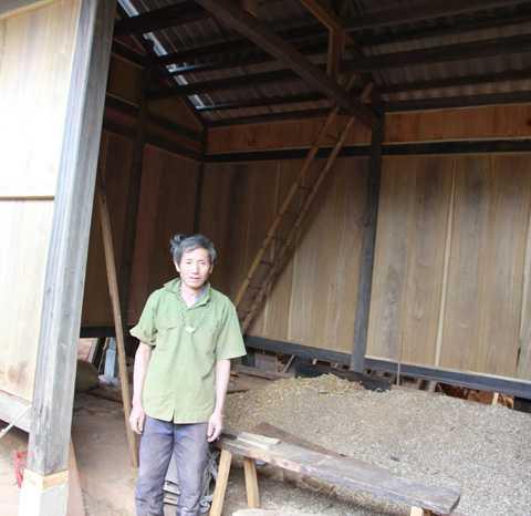 Ông Hạng A Xẻ đã mổ 2 con lợn, mỗi con nặng 1,5 tạ, để phục vụ cho việc xây dựng ngôi gian nhà nhỏ này