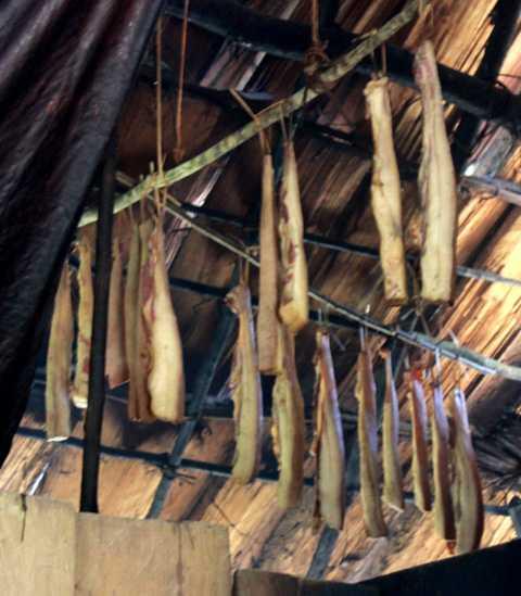Đồng bào Mông thường treo thịt lên gác bếp để ăn dần