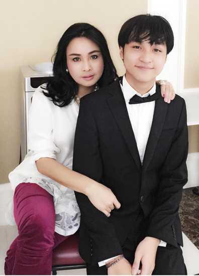 Trong khi chị gái Nguyễn Thiện Thanh thường được nhắc đến khi xuất hiện cùng bố, hoặc mẹ, hoặc một vài chuyện tình tuổi 'bọ xít' thì cậu em trai Nguyễn Đăng Quang lại được ít nhắc đến hơn.
