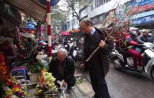 Đại sứ Bruno Angelet đi chợ Tết