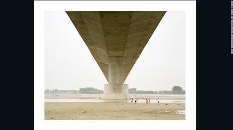 Một gia đình người Trung Quốc vui chơi cuối tuần dưới cây cầu bắc qua sông Hoàng Hà của tác giả Zhang Kechun