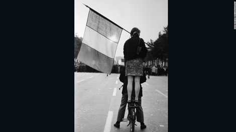 Bức ảnh về các sinh viên biểu tình ở đại lộ Champs Elysees năm 1968