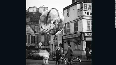 Tác giả Melvin Sokolsky chụp ảnh cô gái ngồi trong quả bóng treo lơ lửng năm 1963