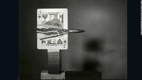 Kỹ sư Harold Edgerton chụp lại cảnh viên đạn xé đôi lá bài năm 1960