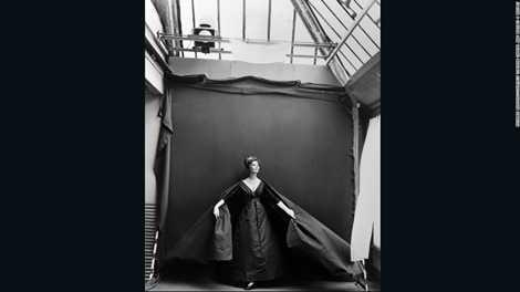 Tác phẩm Chiếc váy đêm của nghiếp ảnh gia Richard Avedon, chụp năm 1956 ở Paris