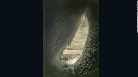 Hang động bên trong một tảng băng trôi chụp năm 1910 bởi nhiếp ảnh gia Herbert Ponting