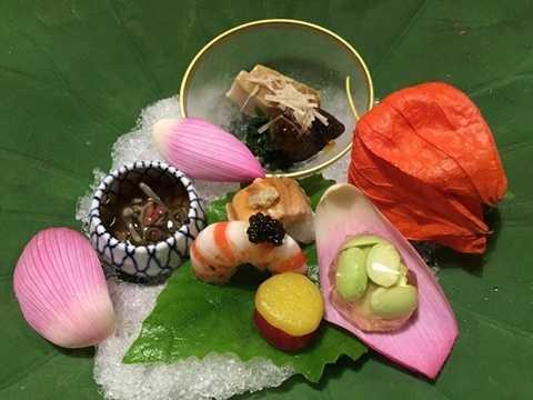 4. Kitcho Arashiyama Honten, Kyoto, Nhật Bản (905 USD/2 người, 12 món): Nhà hàng Kitcho của đầu bếp Kunio Tokuaka phục vụ mỗi món ăn như một tác phẩm nghệ thuật. Các món ăn được chế biến từ nguyên liệu địa phương và bày trên bát đĩa cổ quý giá. Nhà hàng sang trọng này có view nhìn ra sông và những ngọn đồi tuyệt đẹp.