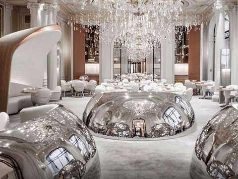 8. Alain Ducasse au Plaza Athenee, Paris, Pháp (856 USD/2 người, 5 món): Là một trong những nhà hàng tuyệt nhất nước Pháp, Alain Ducasse au Plaza Athenee phục vụ món ăn được làm từ các nguyên liệu đơn giản nhưng ấn tượng. Một trong những món được yêu thích ở đây là tôm hùm Na Uy với trứng cá hồi và gan ngỗng.