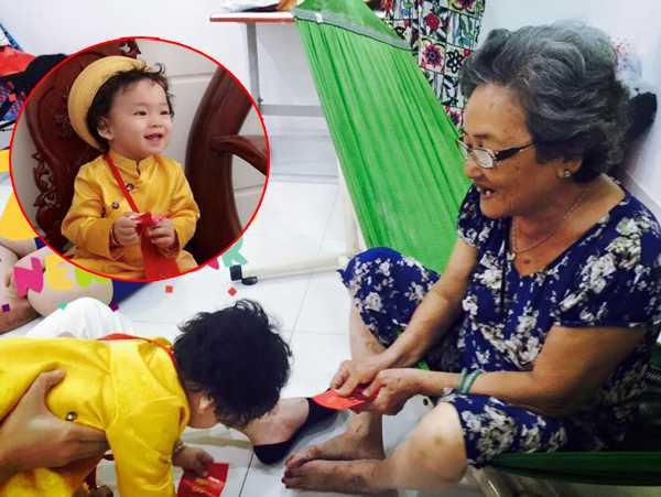Diễm Hương hạnh phúc khoe ảnh bé Noah biết tự cúi đầu nhận lì xì của bà cố.