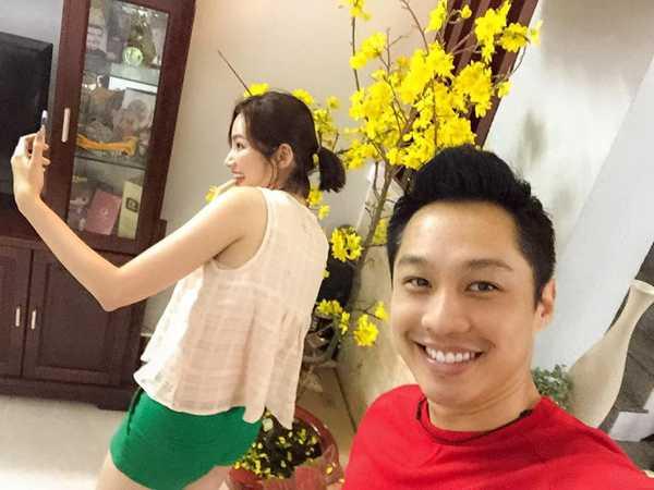 John Từ đăng bức ảnh phía sau hậu trường của vợ khi Trúc Diễm đang bận tạo dáng cho bức hình selfie.