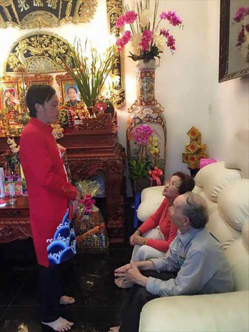 Dương Triệu Vũ đăng bức ảnh anh trai Hoài Linh đang chúc Tết ba mẹ: