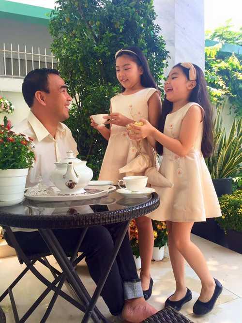 Hai bé nhà Quyền Linh ngoan ngoãn, lễ phép mời trà, bánh cho bố sáng mùng 1 Tết.
