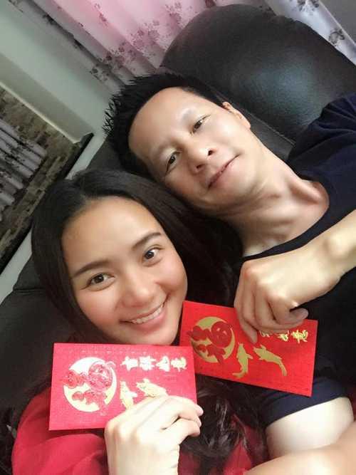 Phan Như Thảo hớn hở khoe phong bao lì xì của chồng.