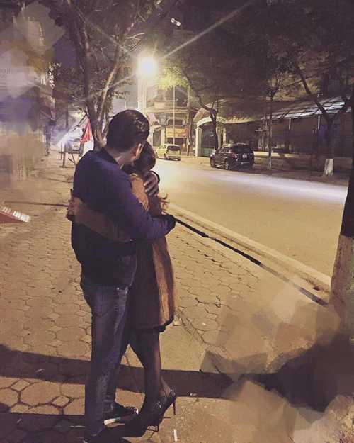 Khắc Việt đến nhà bạn gái từ sáng sớm và ôm cô thật chặt trong lòng.