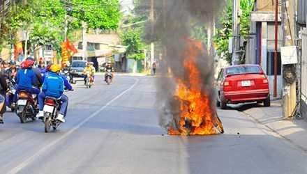 Chiếc xe bốc cháy ngùn ngụt trên đường đi chơi tết.