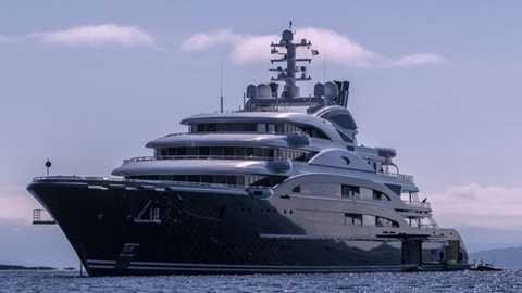 1. Du thuyền 1 tỷ USD    Điều gì tạo nên khác biệt giữa người giàu và người siêu giàu? Sẽ có lúc bạn cảm thấy như mình chẳng bao giờ cạn tiền, và một chiếc du thuyền sẽ nuốt gọn số tiền đó giúp bạn. Chiếc du thuyền lớn nhất thế giới - Triple Deuce có giá hơn 1 tỷ USD, dài 222m sẽ được hoàn thành năm 2018. Chủ nhân tương lai của nó sẽ tốn khoảng 20-30 triệu USD phí bảo dưỡng mỗi năm.
