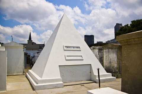 """3. Mộ xịn    Một ngôi mộ """"xịn"""" có lẽ là cách tốt nhất để cho thấy khi còn sống bạn đã giàu có như thế nào. Nam diễn viên Nicholas Cage đã tậu trước cho mình hẳn một ngôi mộ cao 2,7m hình kim tự tháp trong nghĩa trang New Orleans. Dù giá của nó vẫn chưa được tiết lộ, nhưng chắc chắn là không hề nhỏ"""