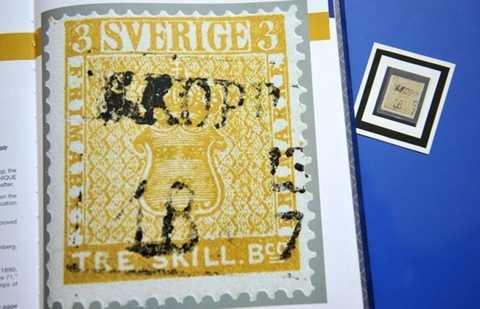 4. Tem vàng    Chiếc tem này được sản xuất tại Thụy Điển năm 1855 và trở thành của hiếm vì bị in nhầm từ màu xanh tiêu chuẩn sang màu vàng. Năm 2010, nó được bán với giá 3,14 triệu USD.