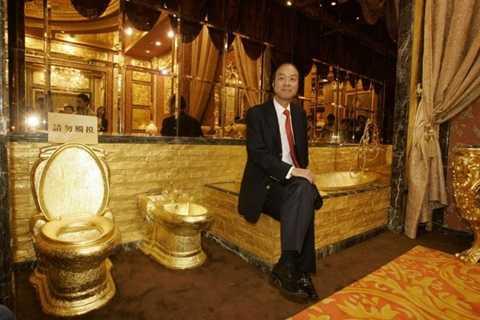 6. Phòng tắm dát vàng    Thợ kim hoàn Lam Sai-Wing tại Hong Kong (Trung Quốc) đã xây một phòng tắm xa xỉ nhất thế giới với chi phí lên tới 3,5 triệu USD. Nhà tắm này được làm từ 6.000 viên đá quý, từ hồng ngọc, ngọc bích đến hổ phách. Mọi chi tiết từ bồn tắm tới bồn cầu cũng toàn bằng vàng, tổng cộng tốn khoảng 380 kg vàng nguyên chất.