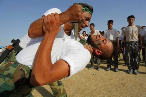 Một bài tập với dao của các chiến binh Shia ở Iraq