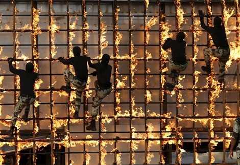 Quân nhân Saudi Arabia tập vượt tường lửa
