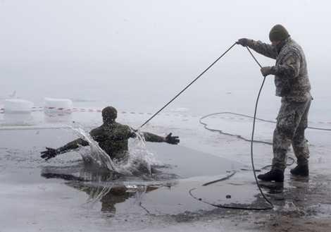 Binh sỹ Canada trong bài tập ngã xuống hố băng khi tập trận cùng các đồng minh trong khối NATO
