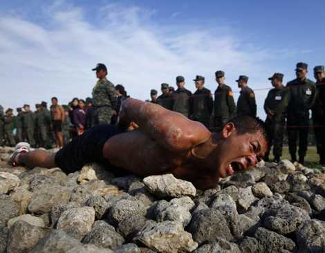 Bài tập bò bằng bụng trên quãng đường 150m đổ đá thuộc chương trình huấn luyện đổ bộ của Đài Loan