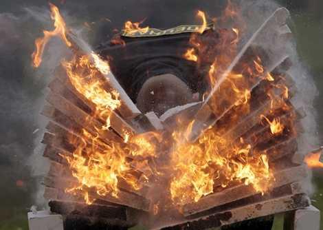 Các binh sỹ Belarus cũng có bài tập dùng đầu đập vỡ chồng gạch đang cháy