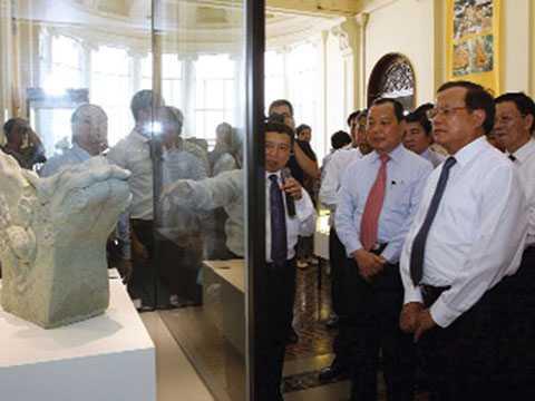 """Lãnh đạo TP.HCM và Hà Nội tham quan khu trưng bày """"Hiện vật Hoàng thành Thăng Long"""" tại Bảo tàng TP.HCM"""