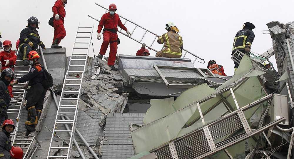 Lực lượng cứu hộ làm nhiệm vụ ở hiện trường vụ sập nhà