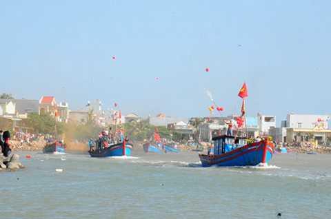 Đoàn tàu nối đuôi nhau tiến ra biển Đông - Ảnh: Trần Mai