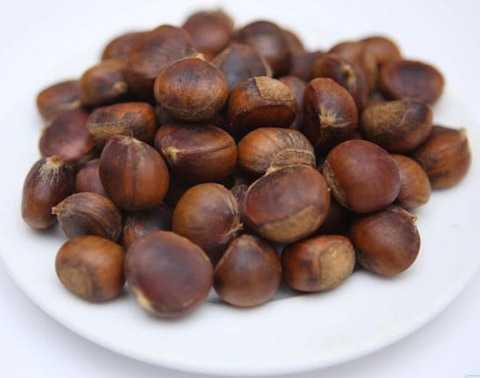 Ngoài những mặt hàng Tết truyền thống như mứt Tết, bánh chưng... thì hạt dẻ là sản phẩm được mua nhiều nhất Tết Bính Thân. Bằng chứng là nó được người mua
