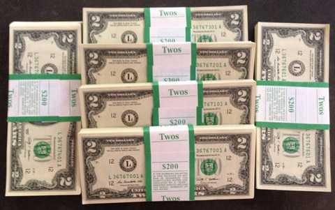 Giống như hằng năm, đồng USD mệnh giá nhỏ lại được săn lùng để lì xì Tết. Năm nay, ngoài USD, còn khá nhiều loại tiền lì xì của các quốc giá khác như tiền hình khỉ của Indonesia, tiền xu Úc mạ vàng...