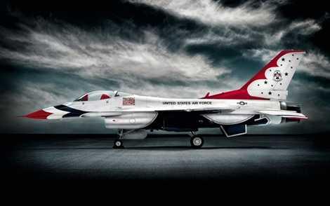 Ngược lại, F-16 lại là chiến cơ mang thiết kế cơ bắp, sức mạnh toát ra ngay từ vẻ bề ngoài hầm hố của mình