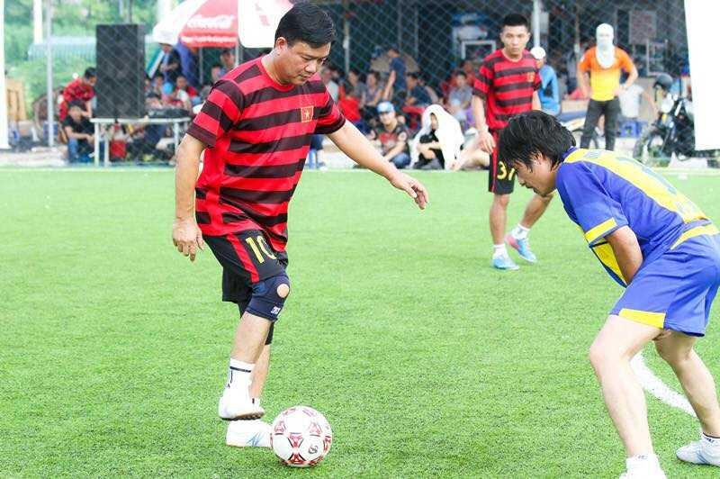 Hình ảnh giản dị của tân Bí thư Thành ủy TP.HCM trên sân bóng.