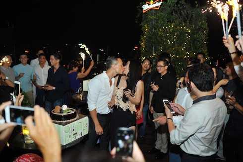 Kim Lý và Trương Ngọc Ánh hôn nồng say trong đêm tiệc sinh nhật chung.