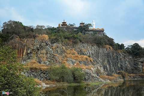 Chùa núi Châu Thới là một trong những ngôi chùa cổ xưa nhất của tỉnh Bình Dương và vùng Đông Nam Bộ . Ngôi chùa tọa lạc trên núi Châu Thới cao 82 m, rộng 25 ha, xung quanh là vùng đồng bằng, thuộc phường Bình An, thị xã Dĩ An.