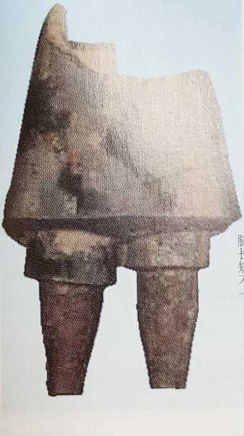 Tượng binh lính có hai chân không đồng nhất.