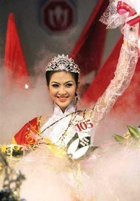 Hoa hậu Phan Thu Ngân trong đêm đăng quang năm 2000.